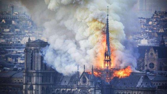 George e Viollet-le-Duc trabalharam juntos durante as mais de duas décadas da reconstrução de Notre Dame. Quando começaram seu trabalho em 1844, o pináculo não existia