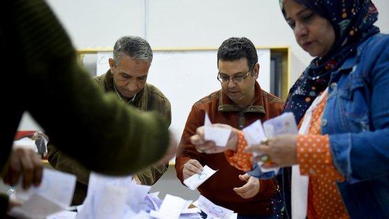 Votos são contados numa assembleia de voto na província de Menifoua