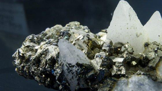 As pedras foram obtidas em minas artesanais do distrito de Barue