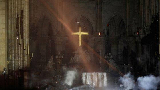 O interior da Catedral de Notre-Dame após o incêndio