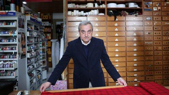 """""""Nesse tempo vendiam-se 100 fatos de homem por dia, hoje são dois por ano"""", disse Magno Braga, gerente da Casa Reis"""