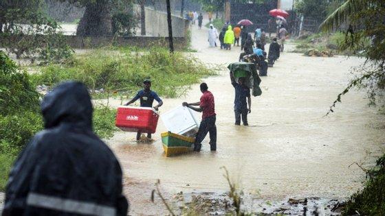 A chuva intensa está a causar cheias, após os ventos fortes danificarem habitações, estradas e hospitais