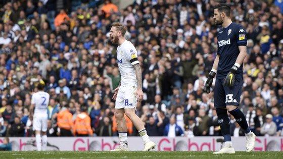 Pontus Jansson ainda tentou impedir o golo do empate do Aston Villa, contra as instruções do treinador, Marcelo Bielsa