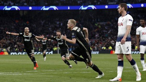 Van de Beek apontou o único golo do jogo no Tottenham Hotspur Stadium aos 15 minutos, após assistência de Ziyech