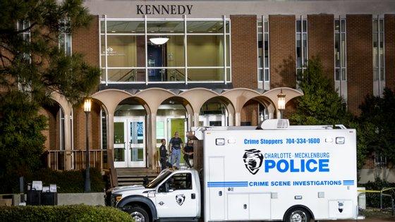 Duas pessoas foram encontradas mortas no local. O suspeito já foi detido