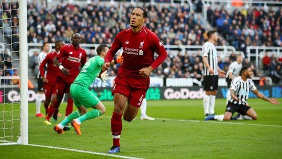 Van Dijk marcou o primeiro golo do Liverpool em Newcastle e teve papel preponderante no triunfo conseguido nos últimos minutos