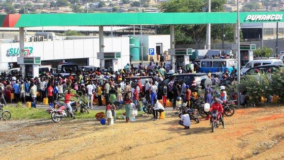 """A Sonangol, principal distribuidora de combustível de Angola, assegurou """"total e permanente empenho"""" na regularização dos mercados"""