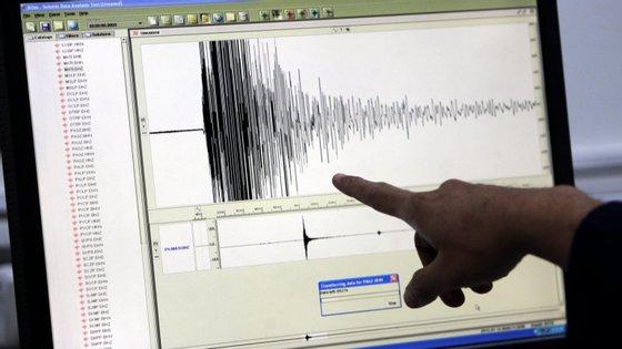 O sismo ocorreu numa área montanhosa
