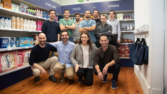 Joana Rafael com a equipa da Sensei na sala de testes do sistema de pagamento sem caixas para supermercados e lojas