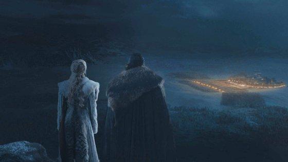 Daenerys e Jon Snow olhando sobre Winterfell