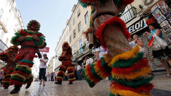 A organização refere que o evento, na sua 14.ª edição, recebe, pela primeira vez, a Hungria, com o grupo Busós, e Macau, com os Leões de Macau