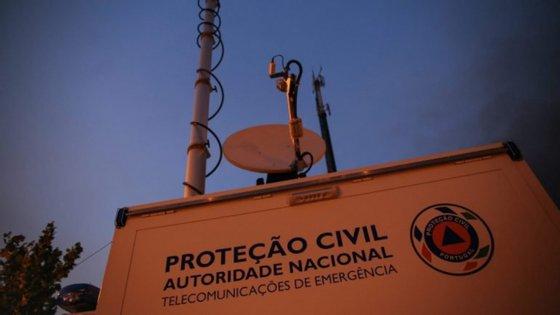 Os equipamentos de redundância do SIRESP consistem na ativação de estações-base através de satélite quando há falha de outra estação