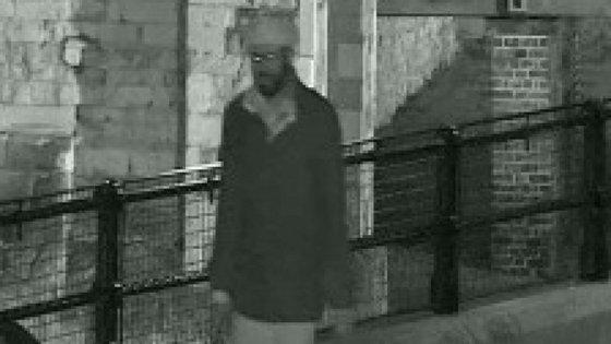 O homem foi apanhado pelas câmaras de vigilância do local. Conseguiu escapar aos seguranças que o abordaram