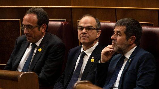 Os três deputados do partido Juntos pela Catalunha que se encontram em prisão preventiva tomaram posse esta terça-feira. A partir da esquerda: Josep Rull, Jordi Turull e Jordi Sanchez