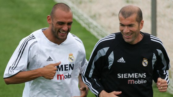 Raúl Bravo num treino do Real Madrid com Zidane, atual treinador dos merengues que decidiu a Liga dos Campeões de 2002