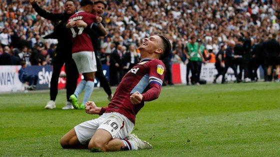 Grealish, o menino querido do Aston Villa, ganhou o jogo da promoção à Premier League com chuteiras rotas (e abriu o sobrolho nos festejos)