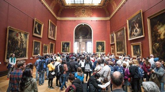 O Museu do Louvre manteve as portas fechadas na segunda-feira, na sequência de um protesto dos seus funcionários