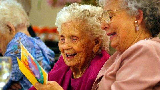 De acordo com o INE, aos 65 anos, os homens podem esperar viver mais 17,58 anos e as mulheres mais 20,88 anos