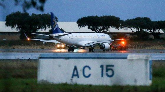 A aterragem do avião causam ferimentos aos seis tripulantes que iam abordo