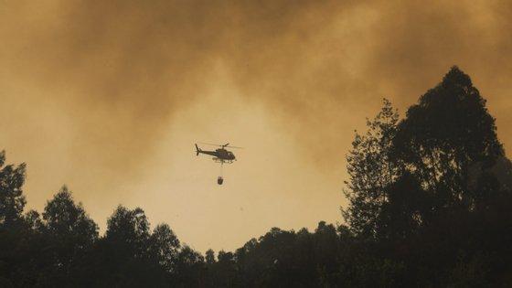 Os meios aéreos que ainda não estão aptos a voar para a época de fogos são os três helicópteros ligeiros do Estado