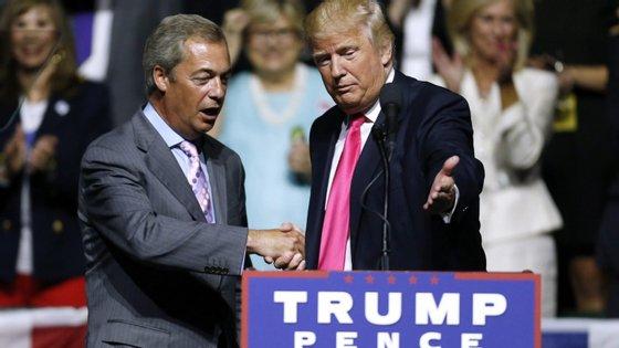 Em 2016, Donald Trump convidou Nigel Farage para falar numa ação de campanha durante as eleições