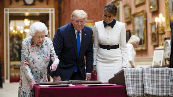 A Rainha Isabel II mostrou a Donald e a Melania Trump uma parte da coleção de retratos da família real