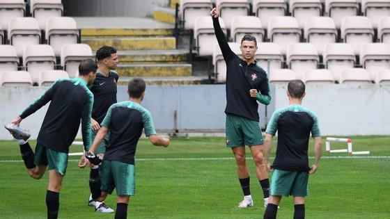 Às 18h45, no Estádio do Dragão, Fernando Santos e um jogador ainda a designar farão a antevisão do jogo.