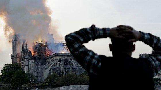 Cerca de 300 toneladas de chumbo do telhado e do pináculo da catedral derreteram devido ao calor extremo