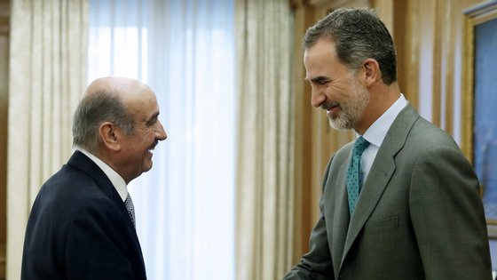Os contactos começaram na manhã de quarta-feira com o deputado do Partido Regionalista da Cantábria, José María Mazón (à esquerda)