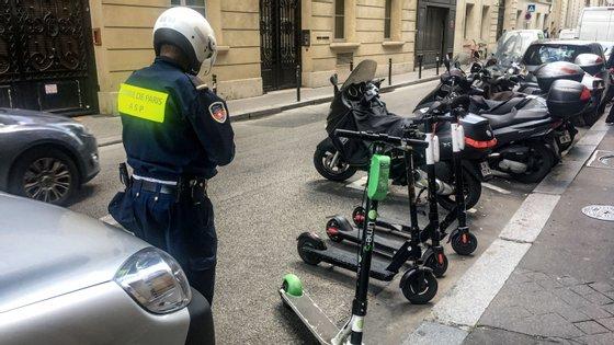 O estacionamento de trotinetes em passeios vai passar a ser proibido — e cada remoção vai custar 45 euros às operadoras