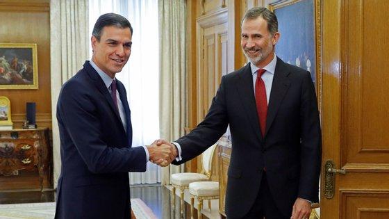 Pedro Sánchez a ser recebido pelo Rei Filipe VI, que nas últimas 48 horas se reuniu com todos os líderes partidários menos dois: o do Bildu e da ERC, que rejeitaram encontrar-se com o rei