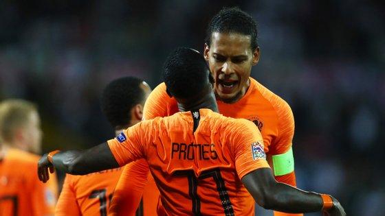 Van Dijk comemora com Promes o terceiro golo da Holanda que sentenciou a vitória frente à Inglaterra em Guimarães
