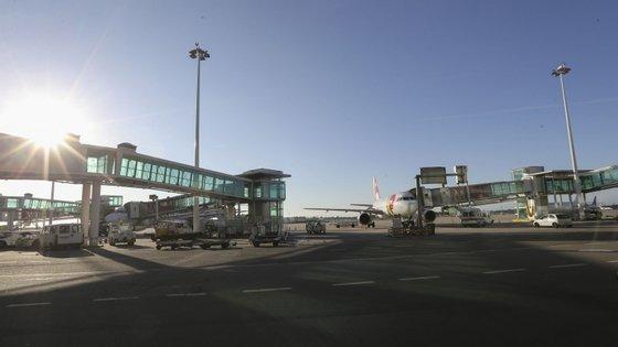 Na página online da ANA é possível verificar que há atrasos e cancelamentos de voos de e para o Porto
