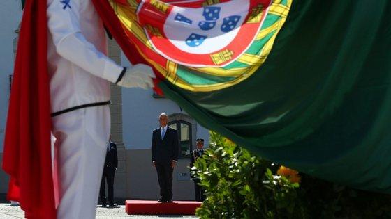 O Presidente da República, Marcelo Rebelo de Sousa, canta o Hino Nacional, durante a Cerimónia Militar do Içar da Bandeira Nacional, no âmbito das comemorações oficiais do Dia de Portugal, de Camões e das Comunidades Portuguesas, em Portalegre