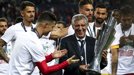 Cristiano Ronaldo, o capitão, entrega o troféu a Fernando Santos, o treinador: Portugal venceu a primeira edição da Liga das Nações