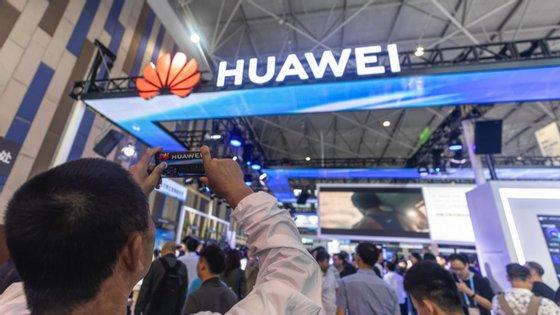 Ren Zhengfei admitiu que a empresa reduzirá a sua capacidade, mas que a campanha lançada pelos Estados Unidos, para restringir os seus negócios, não a vai fazer parar