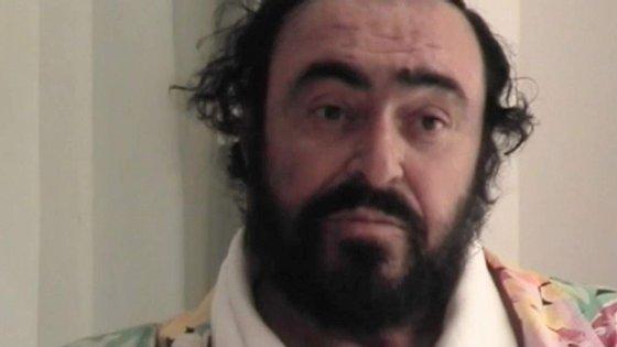 "Luciano Pavarotti pensativo num momento do documentário biográfico ""Pavarotti"", realizado por Ron Howard"