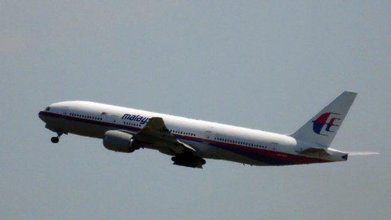 O avião desviou-se do percurso aos 38 minutos de voo, altura em que saiu dos radares e continuou a voar por pelo menos mais 7 horas mas não se sabe em que sentido