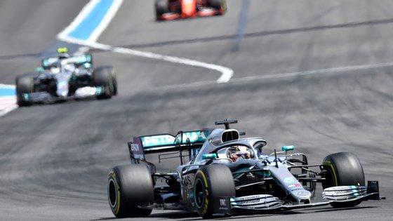 O piloto inglês registou o melhor tempo de sempre no circuito francês durante a qualificação