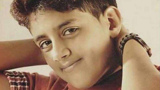 """Murtaja Qureiris foi detido em 2014, aos 13 anos. Quando tinha 10 anos, levantou um megafone e gritou: """"As pessoas exigem direitos humanos!"""""""