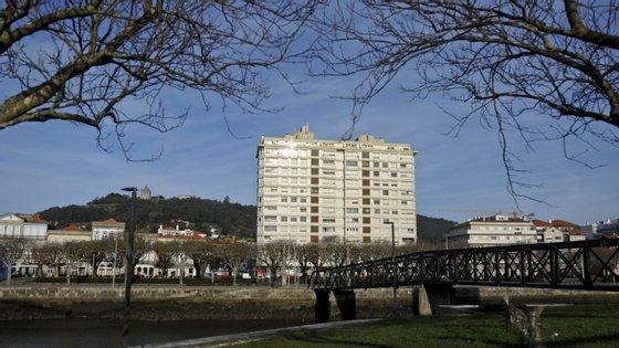 O prédio Coutinho é considerado por muitos um elemento estranho no centro histórico de Viana do Castelo