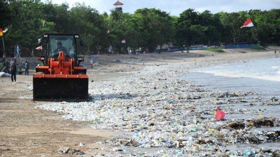 Toneladas de resíduos de plástico cobrem muitos areais da ilha de Bali