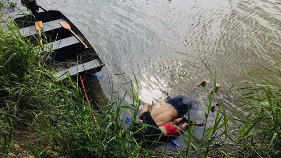 A fotografia dos corpos de pai e filha, de cara para baixo, mostra a dura realidade da crise migratória que tem afetado a fronteira do sul dos Estados Unidos