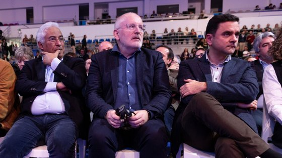 Frans Timmerman (ao meio) foi o candidato à liderança da Comissão Europeia apresentado pelo Partido Socialista Europeu nas eleições de maio