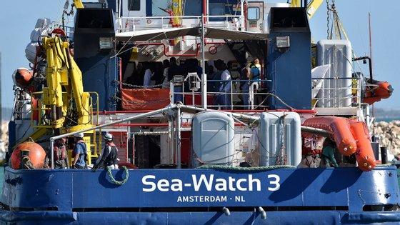 O Sea-Watch é comandado por Carola Rackete, uma alemã de 31 anos, que foi detida este sábado