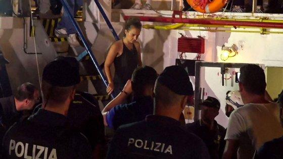 Carole Rackete foi detida este sábado, sob a acusação de ter abalroado uma lancha da polícia com o navio Sea-Watch 3