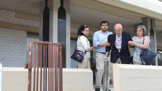 Agostinho Pereira, 89 anos, (ao centro) a sair do prédio Coutinho