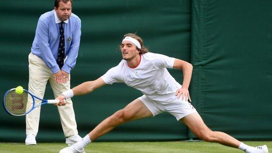 Stefanos Tsitsipas, sexto do ranking mundial, foi afastado esta segunda-feira na primeira ronda de Wimbledon