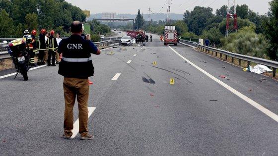 Estrada esteve cortada quase oito horas devido ao despiste de um camião