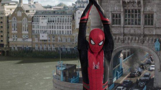 """Tom Holland volta a usar o uniforme do Homem-Aranha e sai dos EUA em """"Homem-Aranha: Longe de Casa"""", de Jon Watts"""